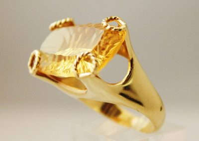 Sortija de cuarzo citrino montada en oro de 750ml