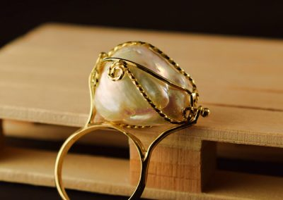 Sortija perla barroca engarzada en oro de 750ml