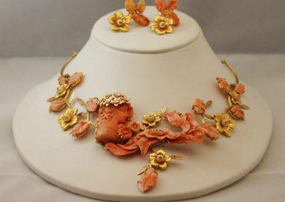Conjunto compuesto por gargantilla y pendientes de coral momo del pacifico montado en oro de 18kt