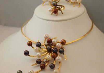 Conjunto galaxia compuesto por; gargantilla, pendientes y anillo en oro de 750ml y con perlas cultivadas multicolor