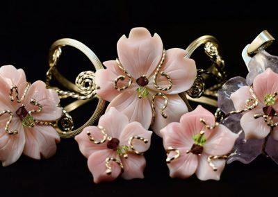 Conjunto madre perla compuesto por brazalete, pendientes, sortija y colgante montado en plata de 950ml