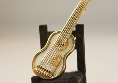 Guitarra de colgante o broche con marfil y montada en oro de 18kt
