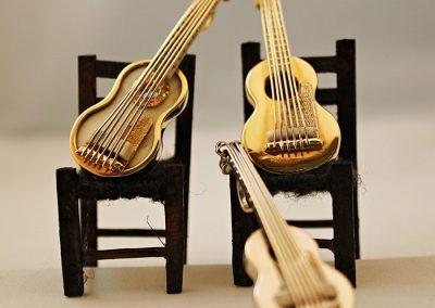 Conjunto musical compuesto por guitarras de oro y marfil, de oro amarillo y de oro blanco