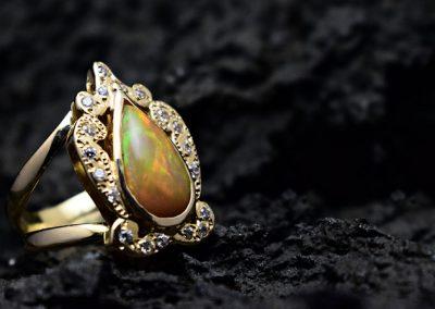 Sortija de Opalo de fuego y circonitas engastado en oro de 750ml