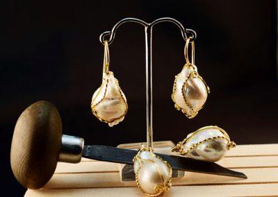 Conjunto de perlas barrocas formada por; pendientes, colgante y anillo. Montado en oro de 750ml